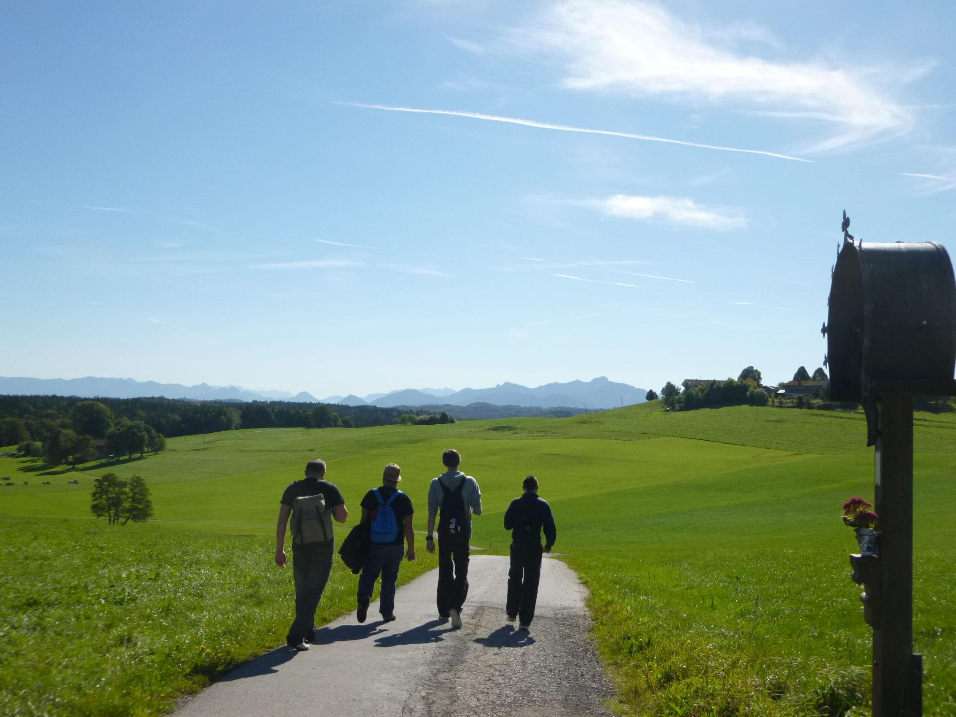 4 Jugendliche auf einem Wanderweg
