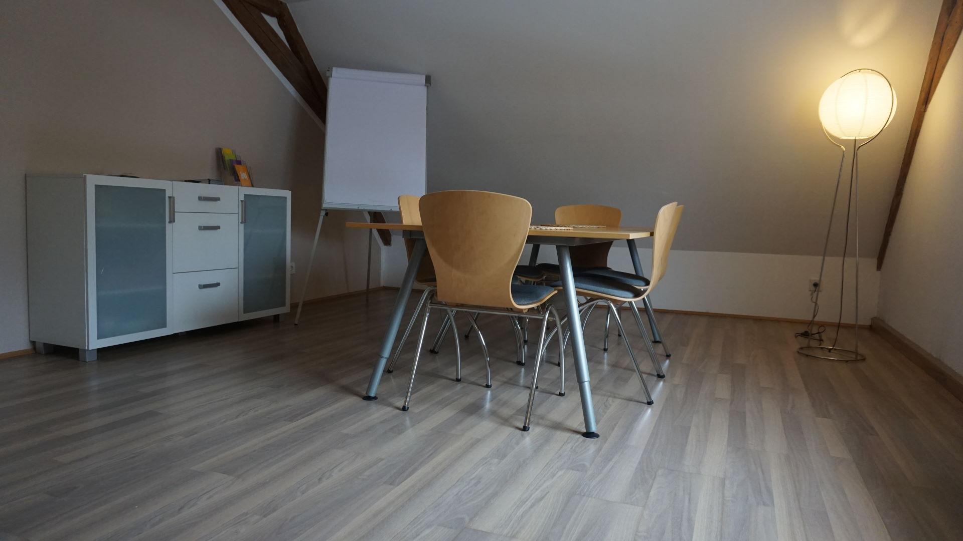 Ein runder Tisch im Raum für Konfliktschlichtung